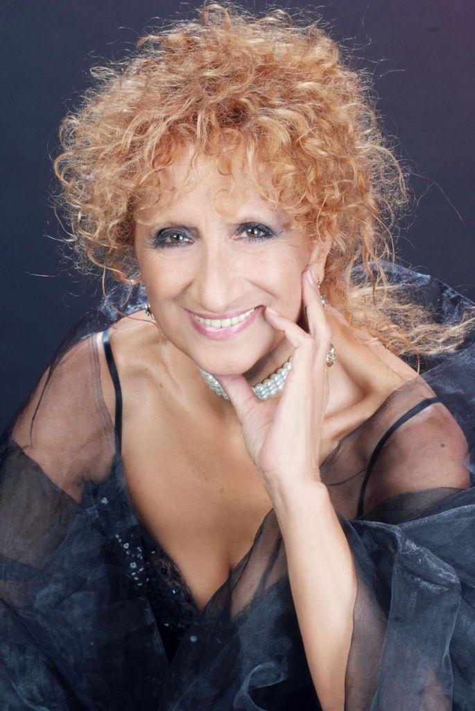 """Anna Mazzamauro in """"Nuda e cruda"""", in scena al Teatro Palazzo di Bari"""